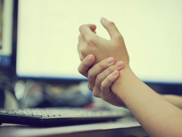Đánh máy tính nhiều có thể gây đau khớp cổ tay, ngón tay