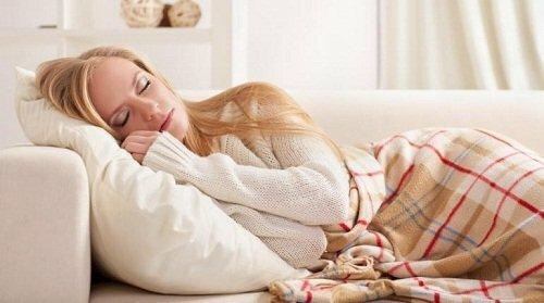 Kê gối quá cao khi ngủ cũng là nguyên nhân gây ra đau vai gáy cấp