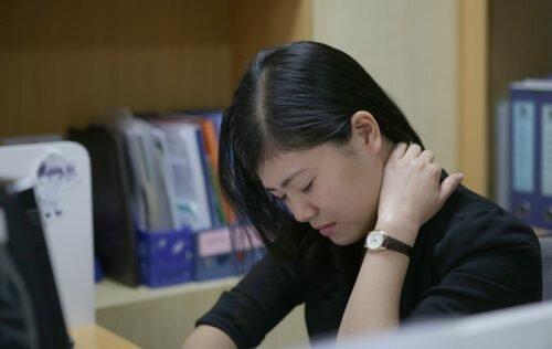 Ngồi nhiều dễ dẫn đến hội chứng đau vai gáy