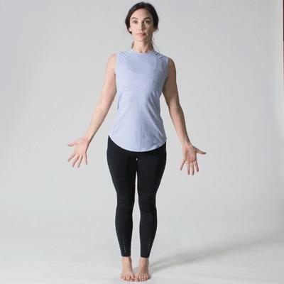 Động tác 1: Đẩy ngực ra phía trước