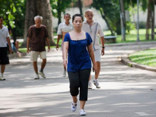 Đau thần kinh tọa có nên đi bộ không?