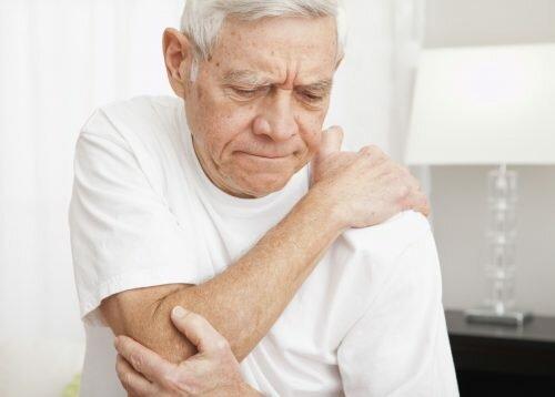 Người cao tuổi có có nguy cơ mắc bệnh đau vai gáy cột sống hơn người trẻ