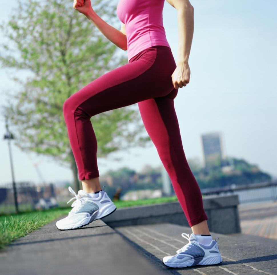 đi bộ đường dài hoặc chạy bộ đúng cách là bài tập chữa thoái hóa đốt sống lưng hiệu quả