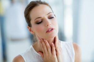 Đau họng là triệu chứng đầu tiên của bệnh viêm thanh quản