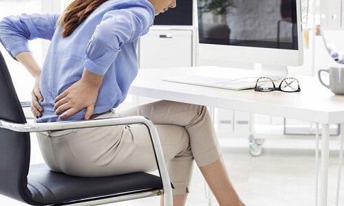 Làm việc sai tư thế là một nguyên nhân làm lưng bị đau