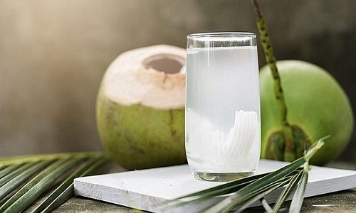 Bệnh nhân suy thận không nên uống nhiều nước dừa