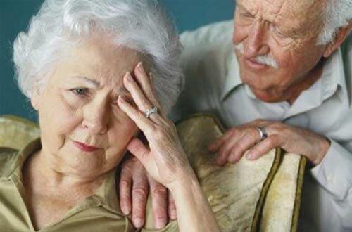 Người già dễ mắc phải chứng đau mỏi vai gáy